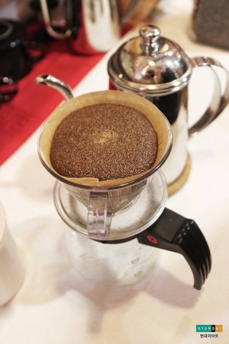 커피가루를 뜸들이는 모습