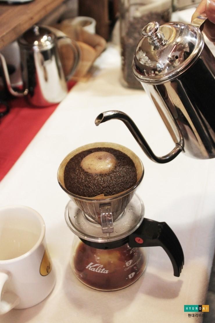 커피가루가 초코머핀처럼 부풀어 오른 모습
