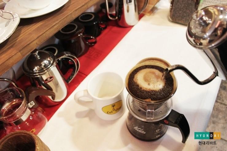 부풀었던 커피가루가 가라앉기 시작하면 다시 소용돌이처럼 원을 그려주면서  물을 부어주는 모습