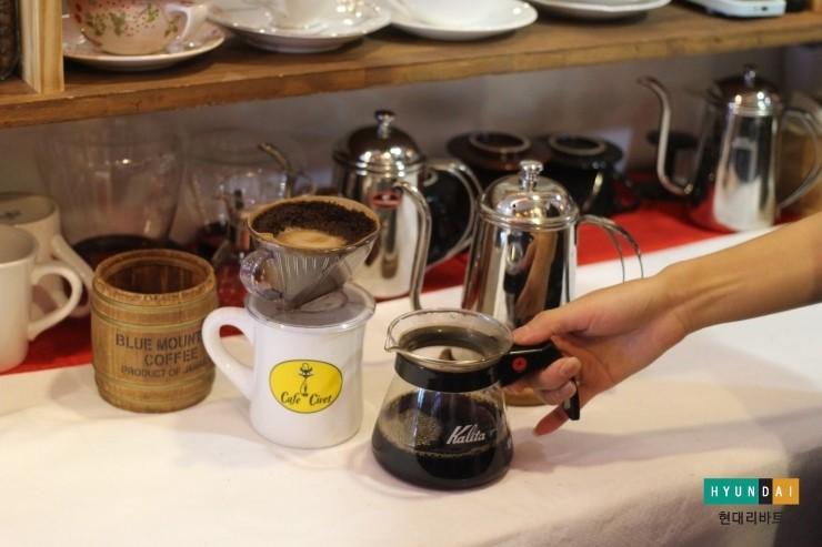 서버에 커피가 200ml정도 추출되면 드리퍼를 재빨리 제거하는 모습
