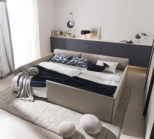 코튼 베이지 컬러의 당케 침대는 공간에 따라 선택할 수 있는 헤드보드가 있습니다. 공간에 여유가 있다면 푹신한 쿠션형 헤드보드를, 공간이 좁다면 슬림형 헤드보드를 추천합니다