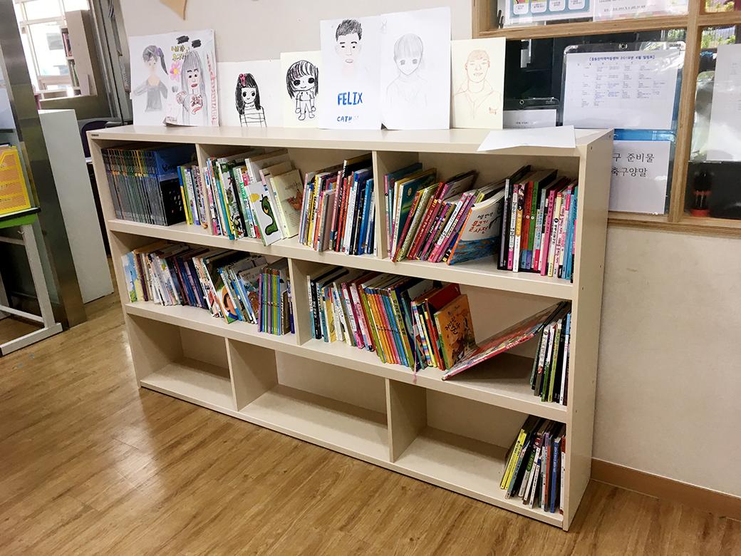 프렌즈 소호 책장에 책들이 정리된 모습
