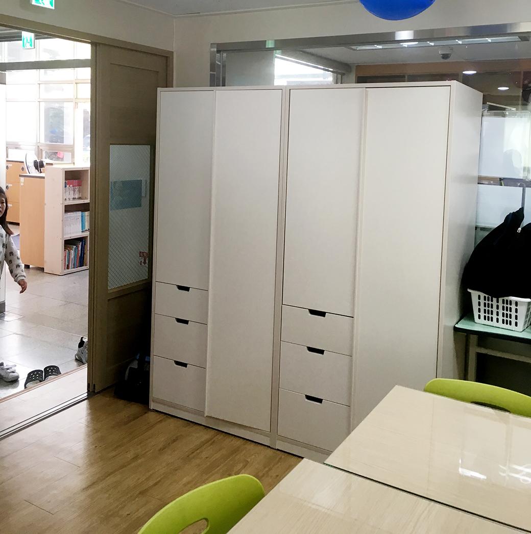 소근소근 책방 800 서랍형 싱글장을 활용한 모습.