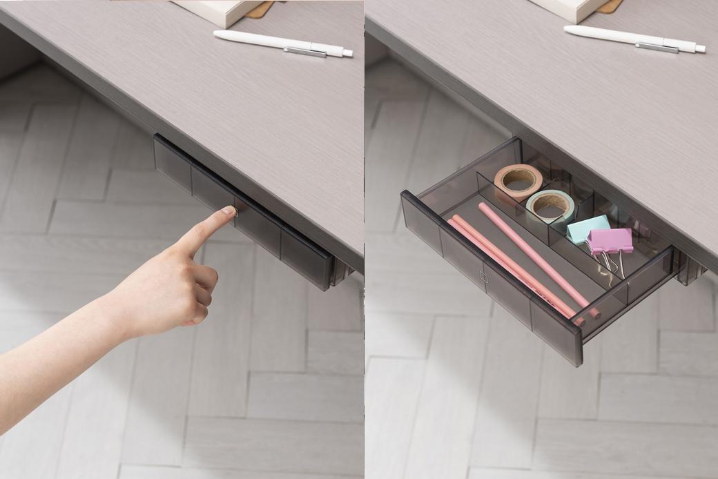일체형 펜트레이로 자주쓰는 필기구를 정리할 수 있으며, 푸시 오픈 방식으로 편리하게 사용할 수 있다